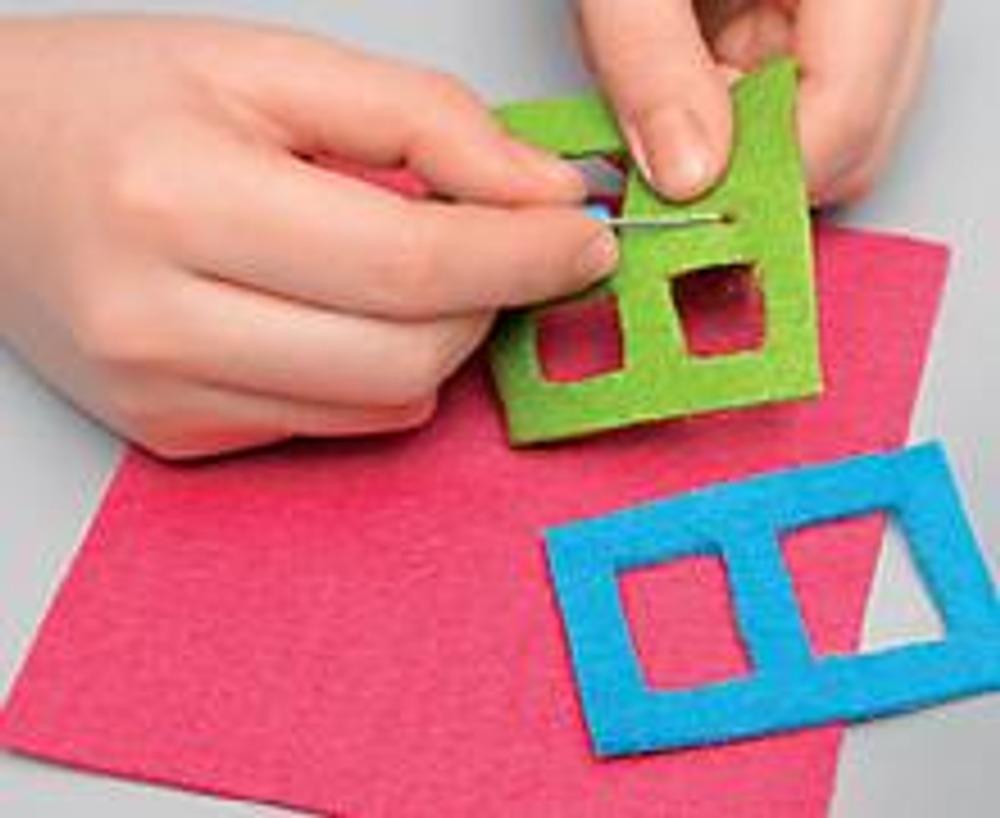 1. Выкройте из цветного войлока 6 квадратов размером 10 х 10 см. Подготовьте детали аппликации и наклейте их с помощью клеевого пистолета.