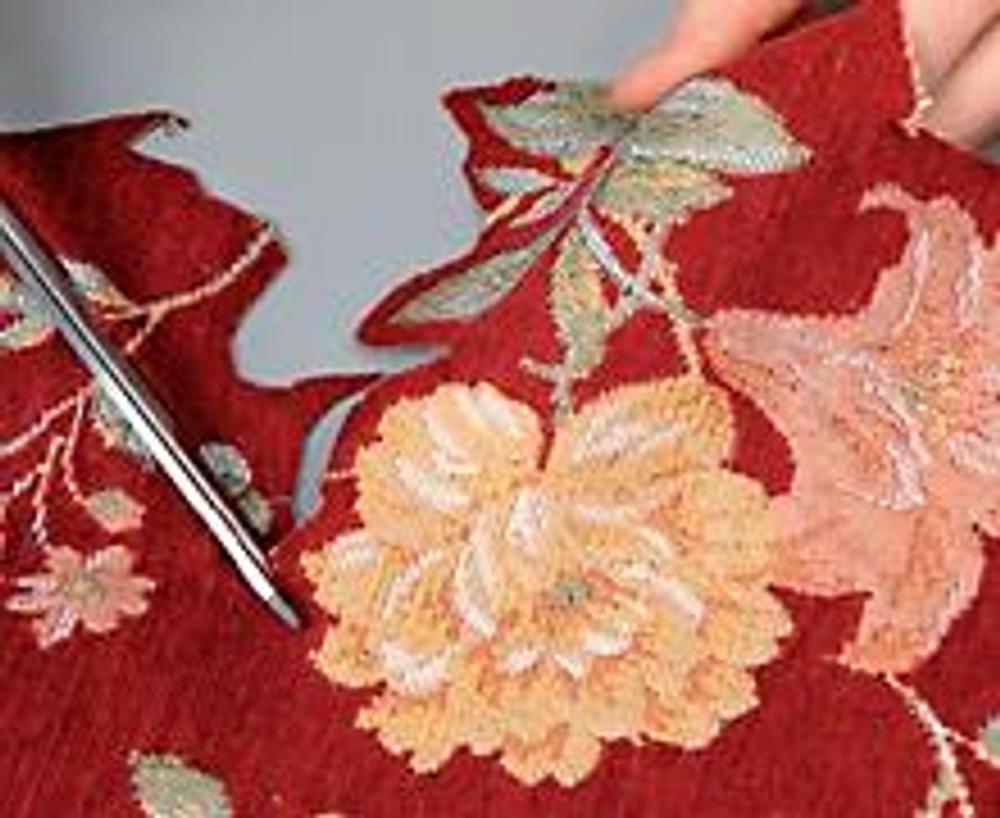 3. Вырежьте из гобелена части узора, оставляя 0,5 см ткани основы по краю.
