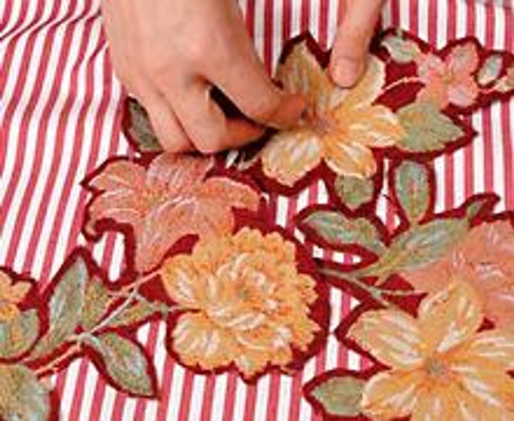 4. На передней части заготовки для наволочки выложите букет из вырезанных цветов и приколите аппликацию примерочными иголками.