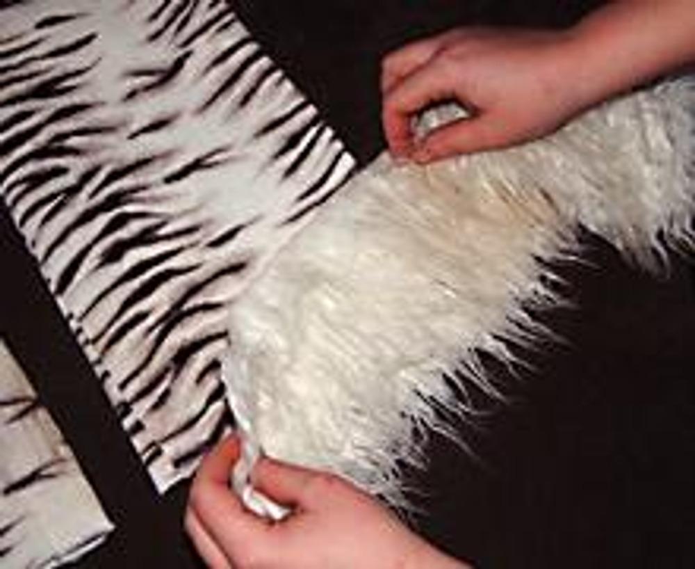 5. Полученные полоски (без обработки края) наложите на брюки в том месте, где вам бы хотелось их видеть.