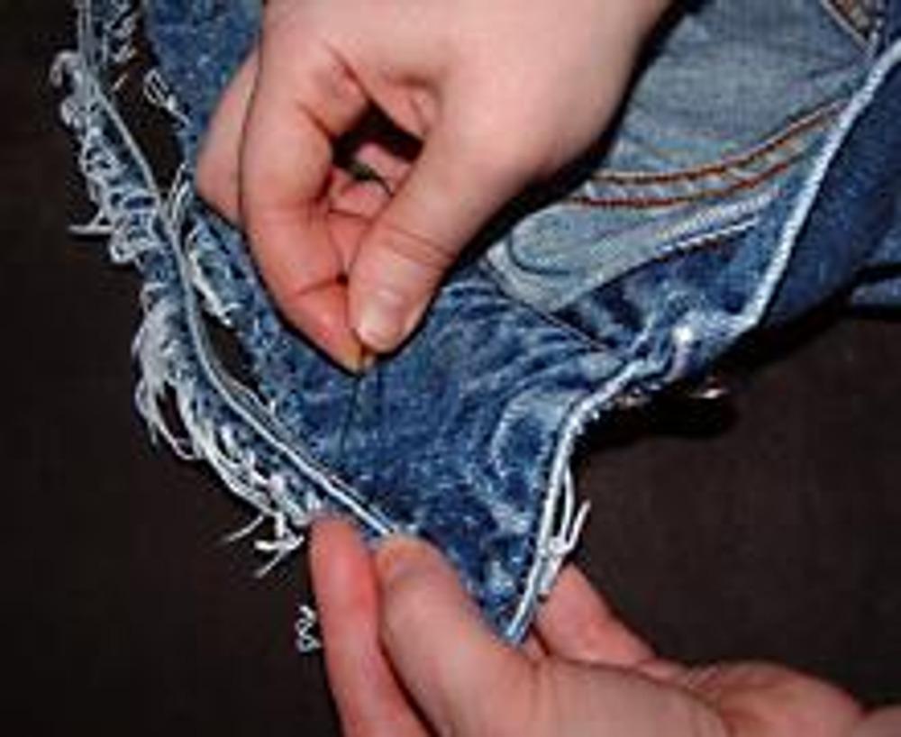 4. Закрепите импровизированную бахрому булавками и пришейте вручную ...