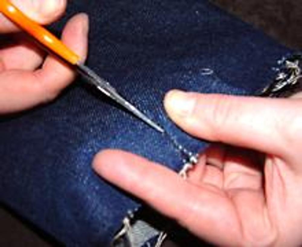 3. Далее подпорите шов, не имеющий декоративной отстрочки, на уровне притачивания тесьмы.