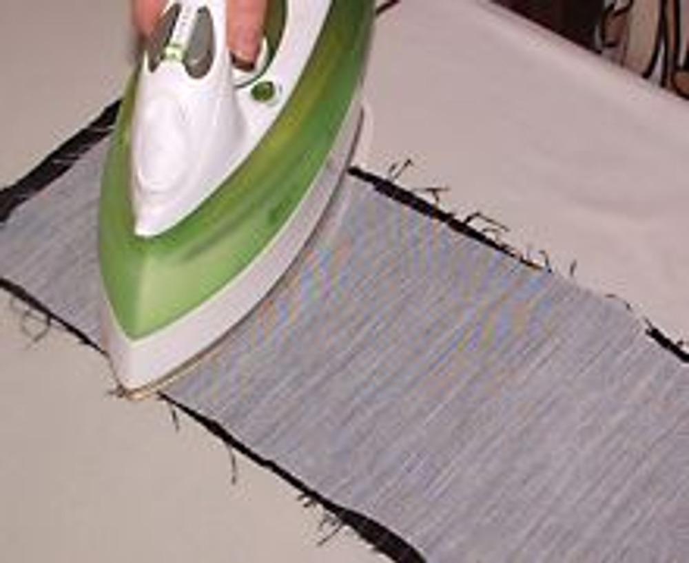 2. Укрепите флизелином или другой прокладкой полоску плотной ткани шириной, равной удвоенной ширине пояса. Длина полоски зависит от места ношения пояса.