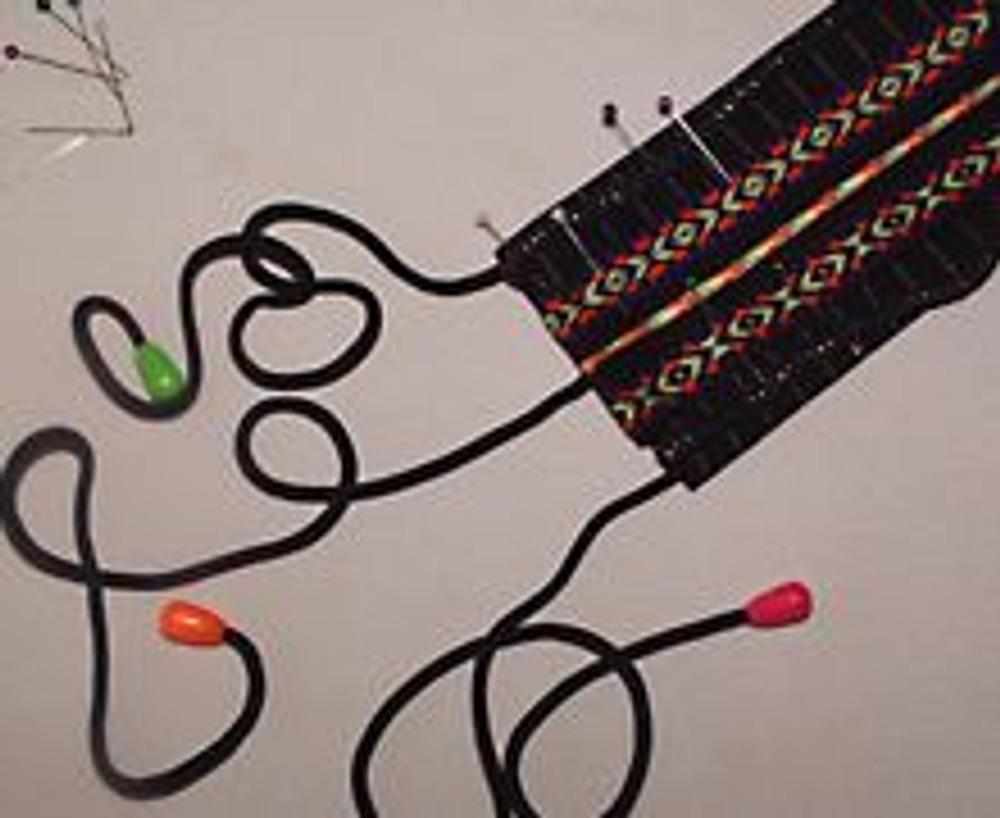 10. Готовые завязки разной длины вложить между слоями ткани и притачать, одновременно притачивая тесьму.