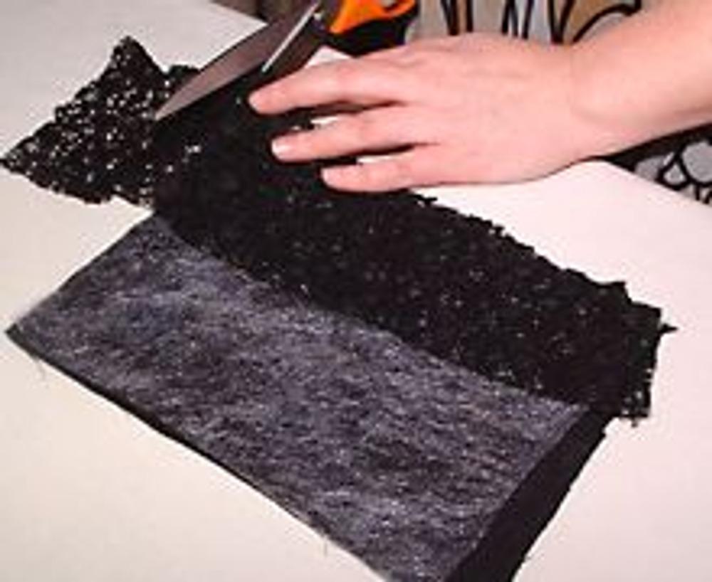 3. Поверх паутинки разложить кусочки кружева и отделочной ткани, например жаккарда в цвет сумки.