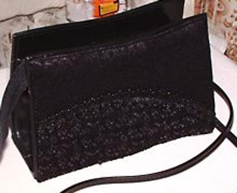 12. Разумеется, таким способом можно декорировать не только такую маленькую театральную сумочку, но и любую другую, обладающую жесткой формой.