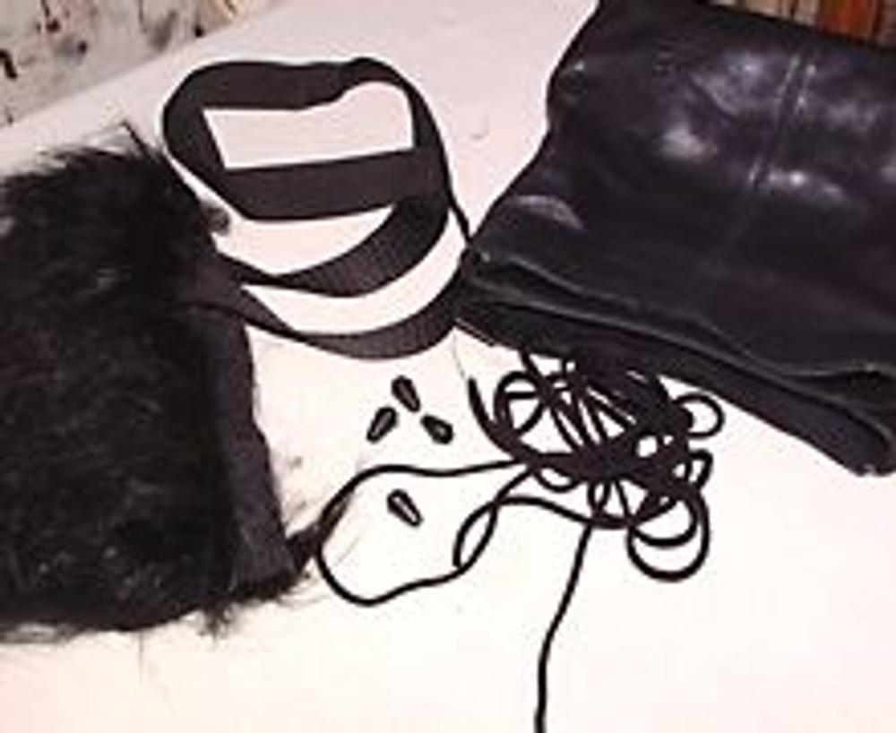 1. Для работы потребуется: прочная лента (тесьма, фал, корсажная лента), мягкая сумка, мех искусственный или натуральный, шнур, наконечники для шнура.