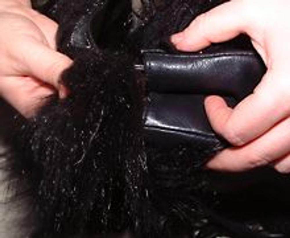 """11. Готовую ленту с мехом, то есть ручку, пришить к боковым сторонам сумки. Для надежности можно сделать дополнительные заклепки в """"Металлоремонте""""."""