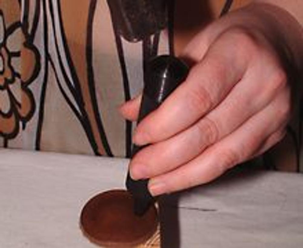 1. Для изготовления этого пояса использованы отходы кожевенной фабрики и деревянные шарики. На кружках из кожи сделайте пробойником отверстия для связки.