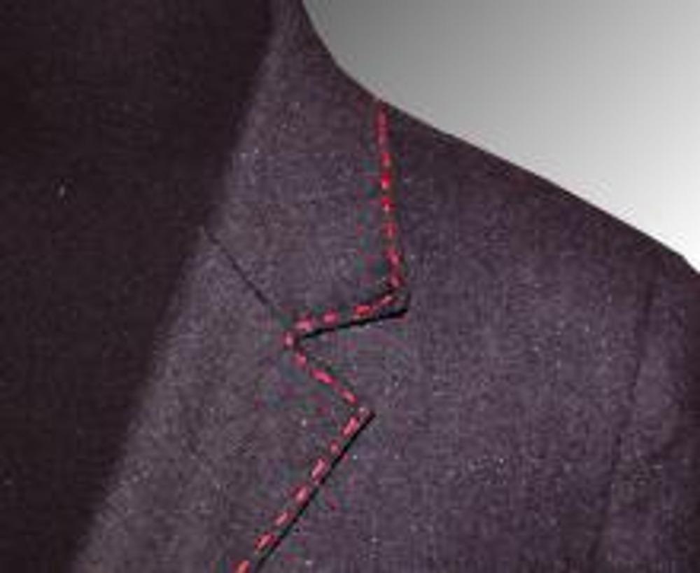5. Здесь представлен фрагмент лацкана и воротника, по которым пробежала наша красная нитка мулине.