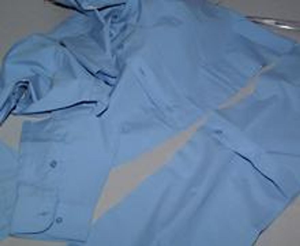 3. И, наконец, безвозвратно отрезаем низ рубашки, чтобы будущая блузка была нужной длины.