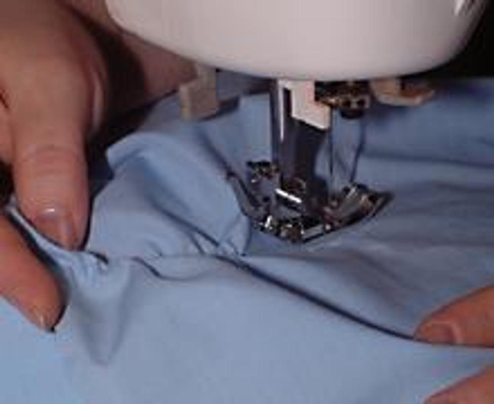 5. На шпульку намотайте тонкую резинку, верхнюю нить подберите в цвет рубашки и начинайте строчить...