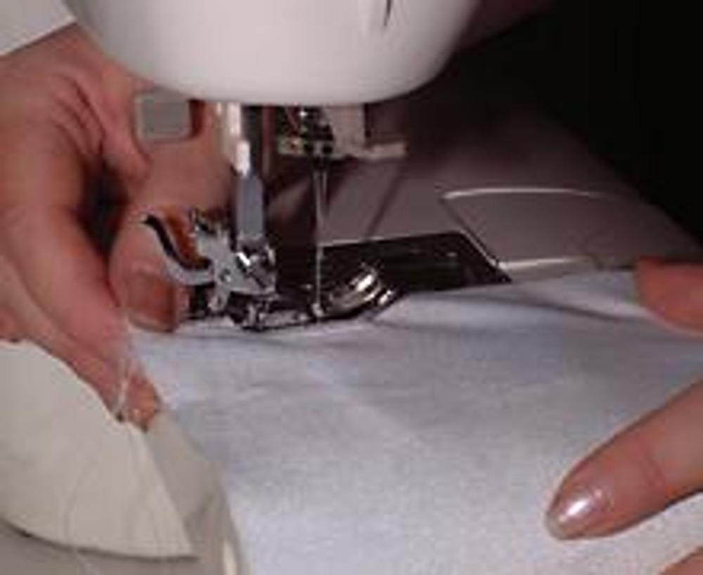 6. Украшения можно настрочить на машинке или закрепить вручную. После этого стачивается боковой шов сумочки и пришивается донышко.