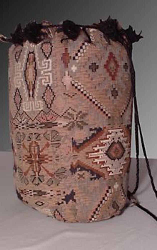 1. Из небольшого отреза гобеленой ткани можно изготовить удобный и модный рюкзак, который, кстати, может послужить необычным подарком для ваших друзей и родных!