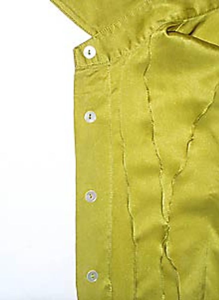 2. Прострочите тонкие (1-2 мм) защипы по всей длине блузки. Защипы расположите неровно и хаотично, они могут пересекаться друг с другом.