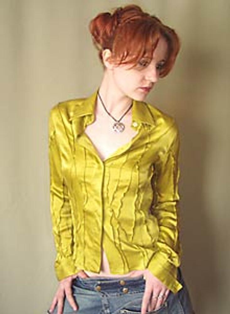 1. Этот необычный декор можно сделать на блузке, которая вам велика, но не больше чем на 1-1,5 размера, или сшита из растягивающейся ткани.