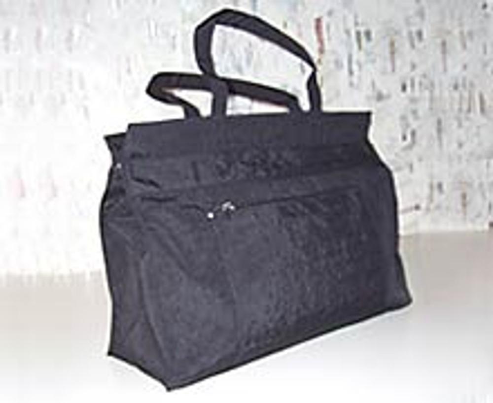 1. С помощью этой идеи из обычной хозяйственной сумки за пару часов вы можете сделать супермодную! Сумка должна быть из неплотной ткани, чтобы можно было пришить декор на швейной машине или вручную.