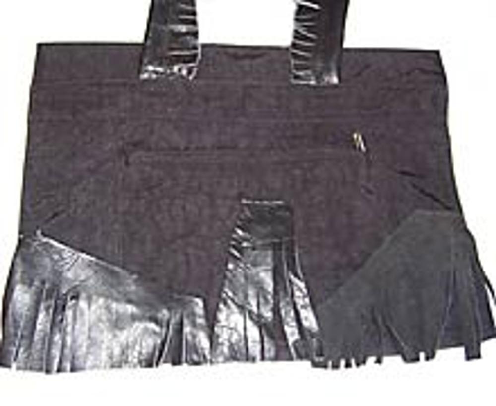 5. Начинайте пришивать бахрому к нижней части сумки, постепенно поднимаясь вверх и закрывая всю её поверхность. Верхняя бахрома должна немного находить на нижнюю. Если на сумке имеется наружный или внутренний карман, то декор в этом месте нужно пришивать вручную или игнорировать карманы. Заднюю сторону сумки для удобства в носке можно не отделывать или пришить одну-две узкие полоски бахромы.