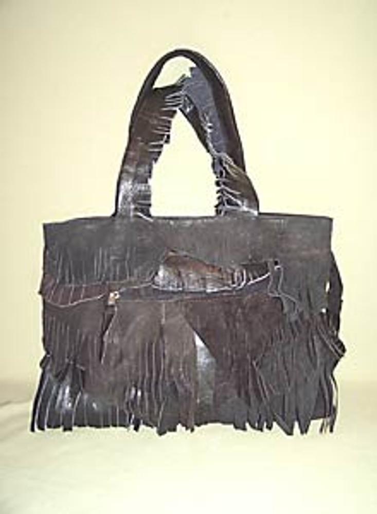 """6. Последний штрих: на все имеющиеся замки молний прикрепите длинные отрезки кожи! Поверьте, соединение стилей """"хиппи"""" и """"вестерн"""" на базе простой хозяйственной сумки производит неизгладимое впечатление на окружающих!"""