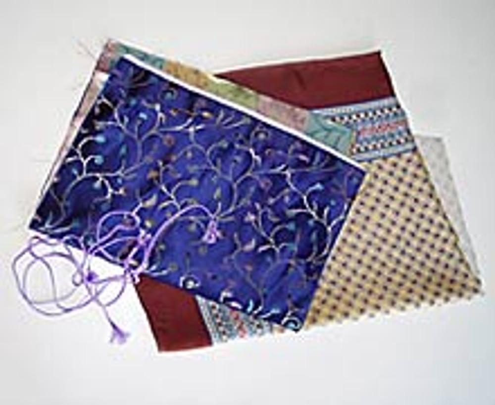 1. Создать эффектную сумочку-ридикюль под силу даже начинающей мастерице! Вам понадобится совсем немного материалов - прямоугольник красивой яркой ткани размером 30х45 см, такой же кусочек подкладки (например, старый платок) и два отрезка шнура по 50 см.