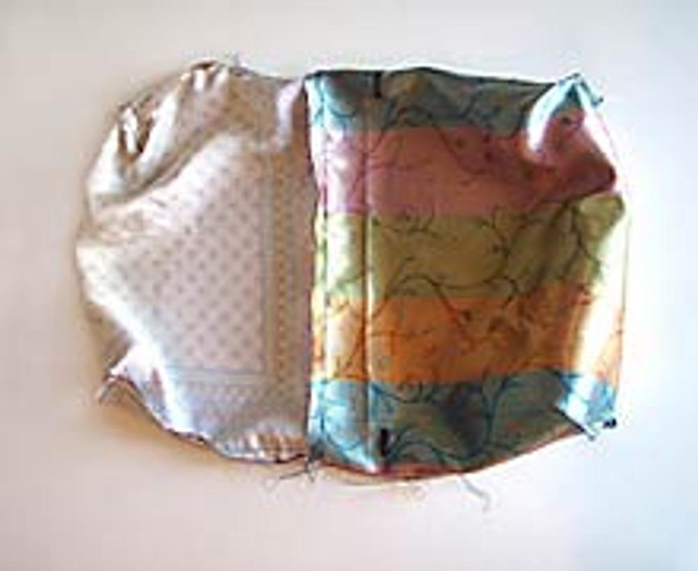 7. Соедините подкладку с основой ридикюля, сложив их лицевыми сторонами друг к другу, и прострочите верхний край. Выверните ридикюль через незастроченный участок в подкладке и отстрочите верхний край ридикюля.