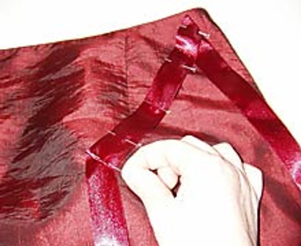 4. Начиная с середины лент, пришейте их на верхнюю часть юбки от талии вниз, в хаотичном порядке, периодически сгибая их на угол и оставляя свободными длинные концы.