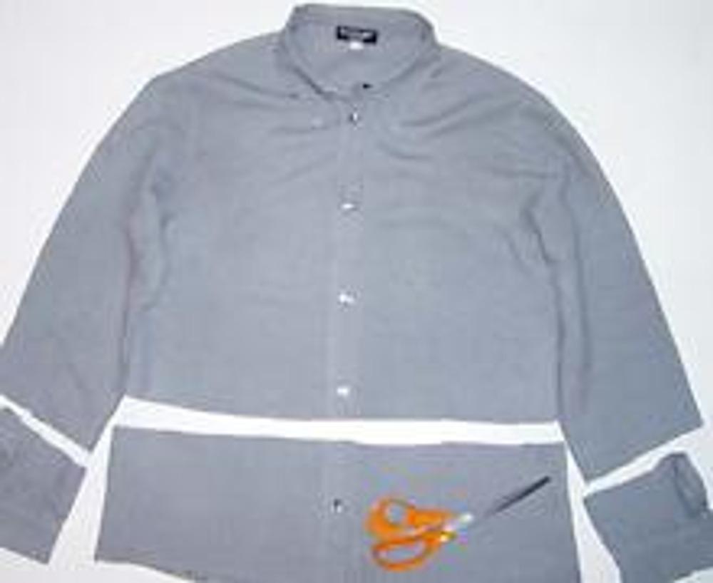 3. Отрежьте низ рубашки на 10-20см (ширина зависит от вашего роста) и нижнюю часть рукавов (манжеты с разрезами).