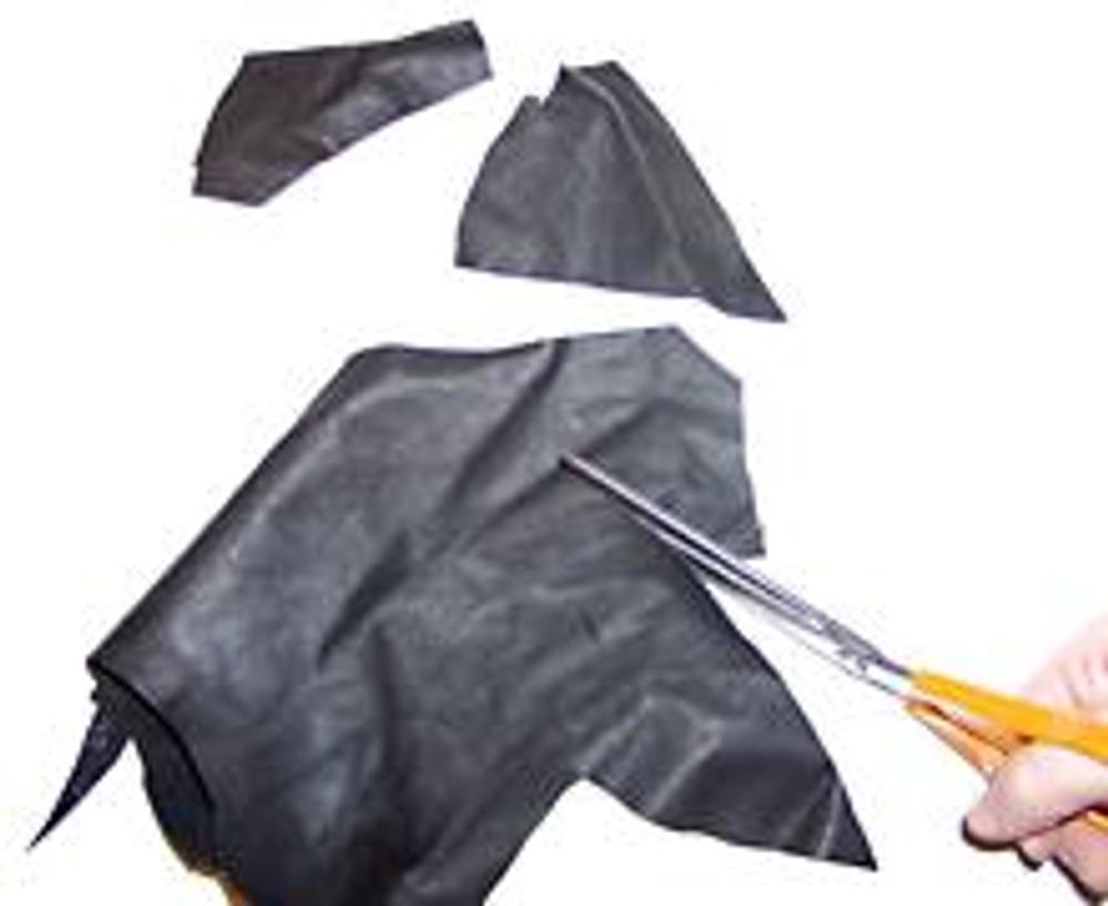 2. Из кожи вырежьте три треугольника, каждый меньше предыдущего. Края треугольников срежьте произвольно неровно.