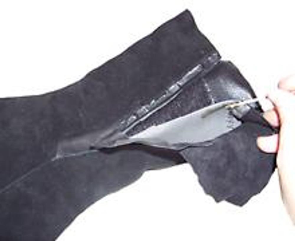 3. Треугольники приклейте к разрезанной части сапога, так чтобы они немного заходили друг на друга и закрывали разрез.