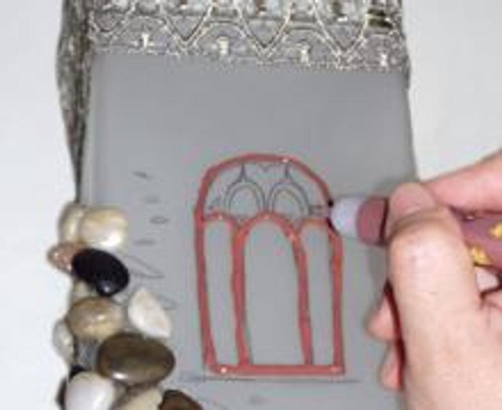 6. Затем сделайте окна башни более яркими. В данном случае использована специальная краска для работы со стеклом и пластиком.