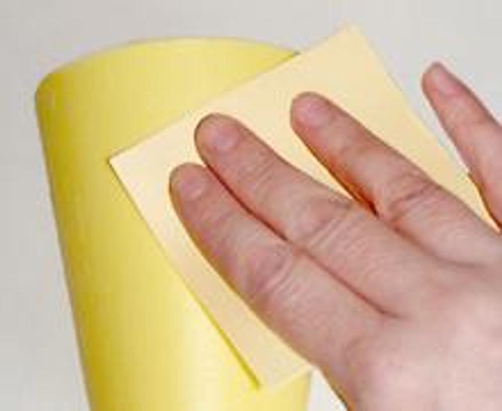 2. Поверхность стаканчика должна быть немного шершавой, для этого предварительно потрите его наждачной бумагой.