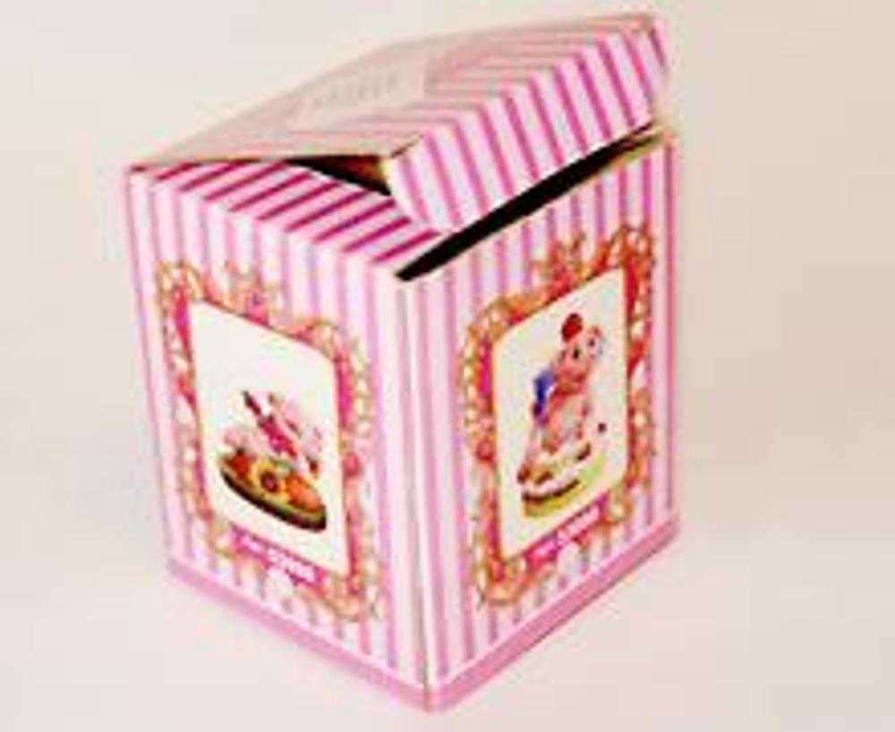1. Из обычной упаковочной коробки, легко можно сделать эксклюзивный экземпляр. Для этого возьмите два цвета акриловой краски и старую сережку.