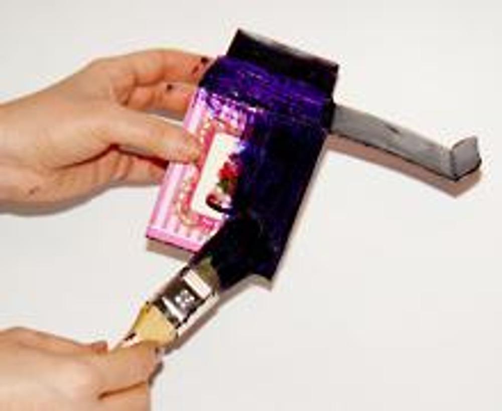 2. Коробочку покрасьте темной краской не только снаружи, но и внутри. Если коробка глянцевая, красьте ее в два или три слоя.