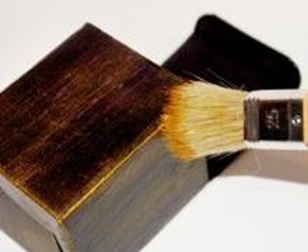 4. Затем, выложите немного золотой краски на палитру или картон. Сухой кистью возьмите ее чуть-чуть и разотрите ее о лист бумаги. Когда на кисти почти не останется краски, проведите ею по поверхности коробочки, получится красивый золотой налет. Таким образом, покрасьте всю коробочку, уделяя особое внимания сгибам, на них нанесите немного больше краски, чем на поверхности.