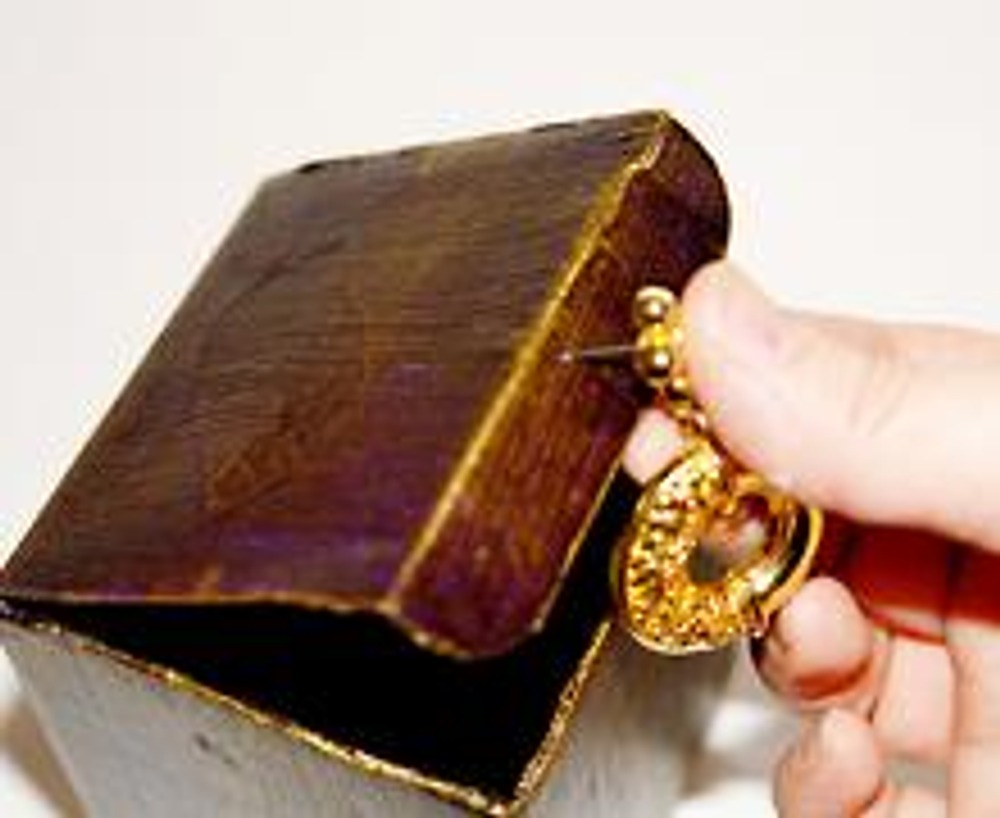 """5. Крупную сережку золотого цвета прикрепите на крышку коробочки. Если эта сережка - """"гвоздик"""", то проткните ею картон, с обратной стороны загните плоскогубцами, закрепив скотчем."""