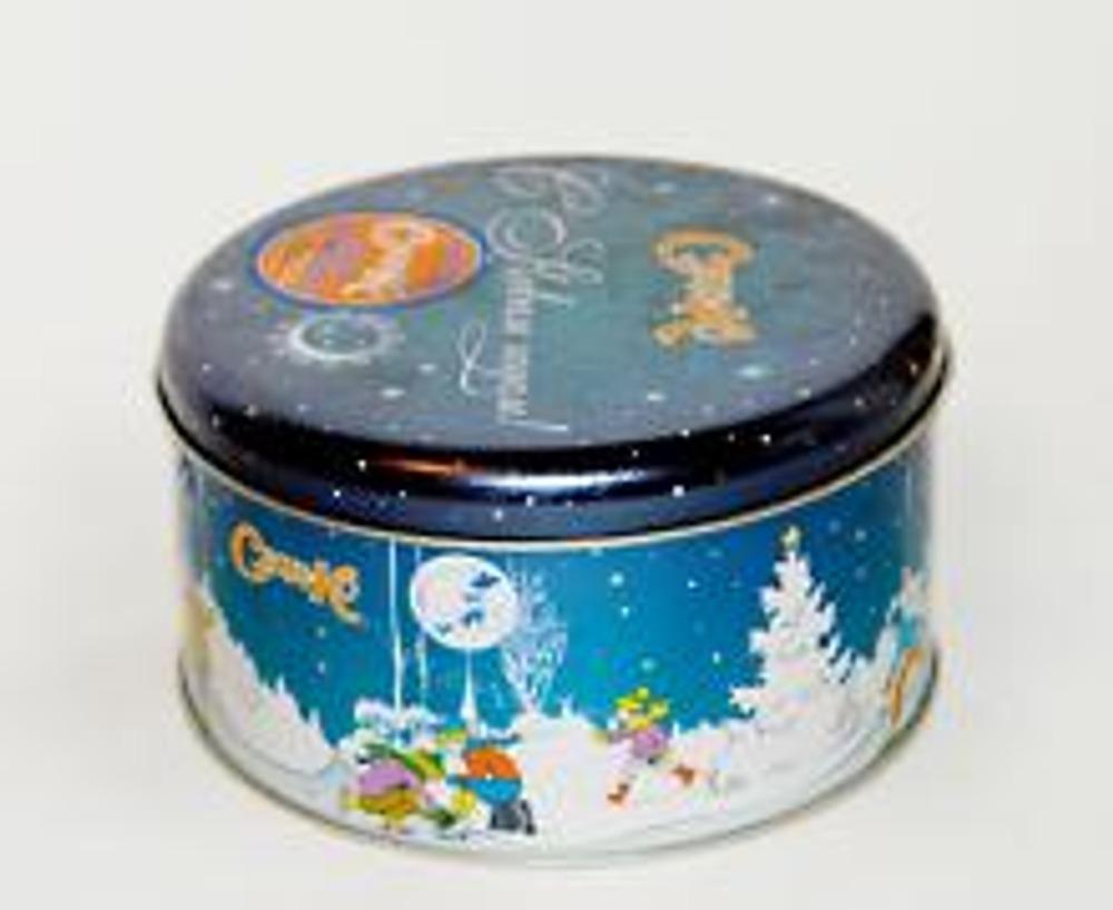1. Чтобы из жестяной коробки получилась эксклюзивная шкатулка, вам понадобится несколько видов тесьмы, перышки, кусочек плотной ткани и мебельная ручка.