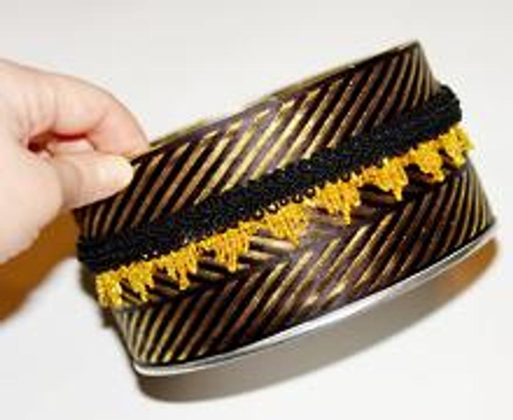 3. Если горизонтальные стыки тесьмы получились не очень аккуратными, закройте их, приклеив тонкую полоску тесьмы или шнура.