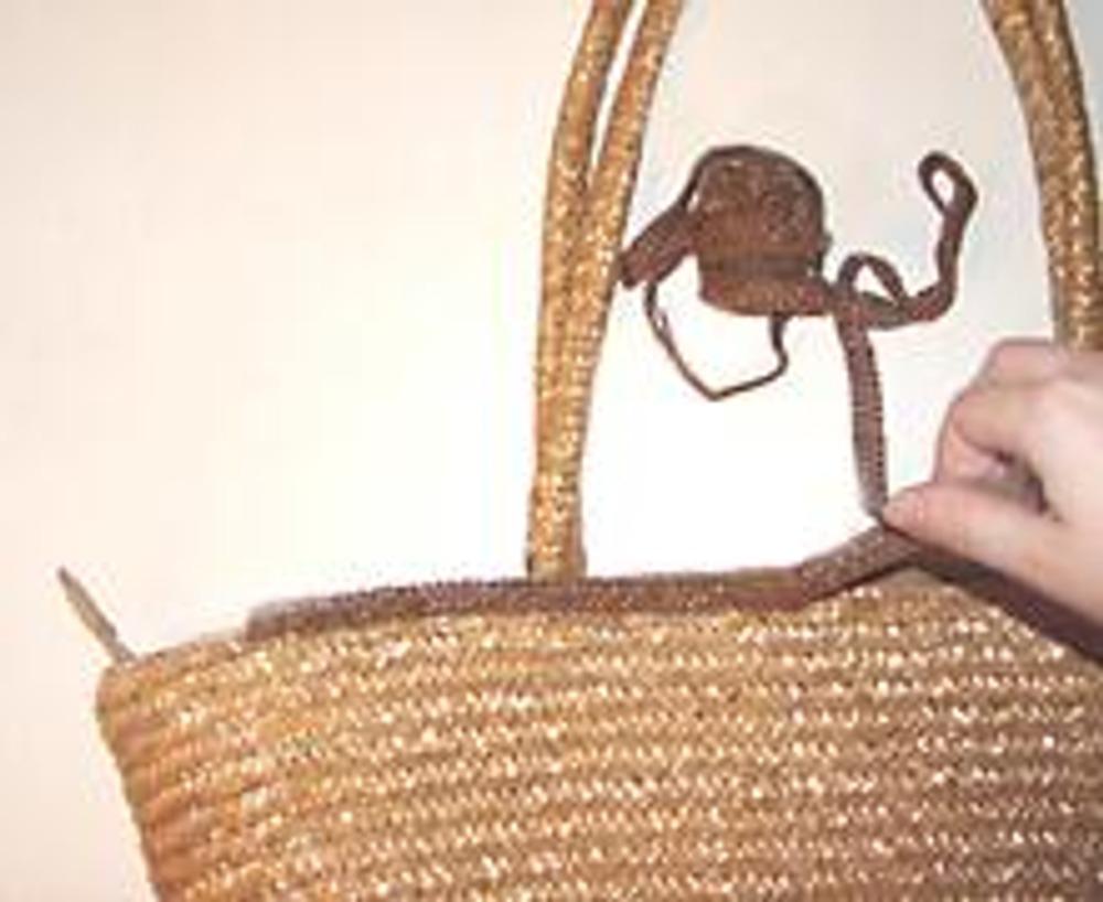 2. По верхнему краю сумки вручную пришейте тесьму, в один или несколько рядов так, чтобы она полностью закрыла имеющейся деффект.