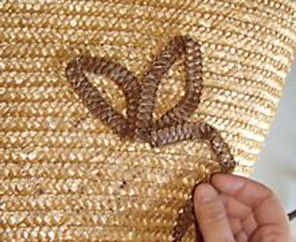 3. Для полного завершения отделки, выложите из тесьмы цветок на боковой поверхности сумки, пришейте его потайными стежками и украсьте несколькими деревянными бусинами.