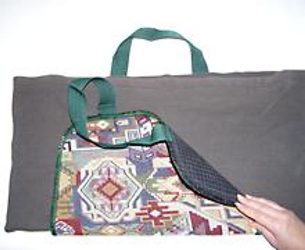 """3. Вложите джемпер между половинками коврика и приколите булавками или приметайте коврик к """"мешочку""""."""
