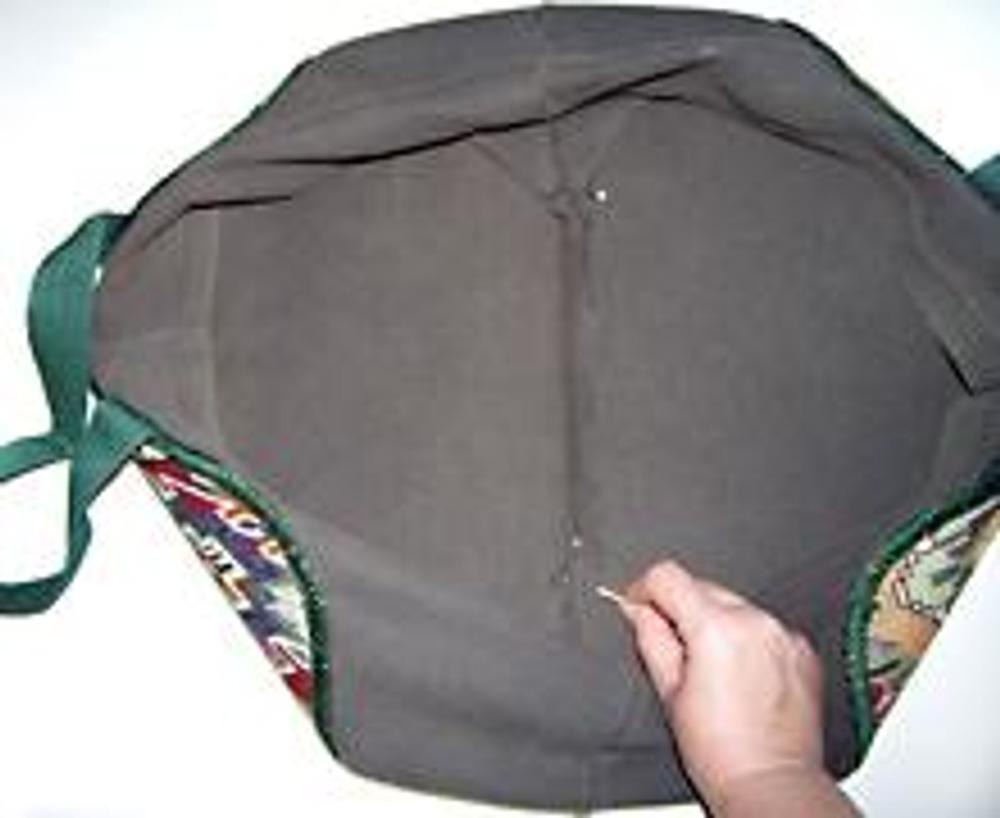 5. Разложите сумку на столе. Вправьте нижние углы вовнутрь сумки и, раскрыв ее, пришейте уголки к донышку закрепочными стежками.