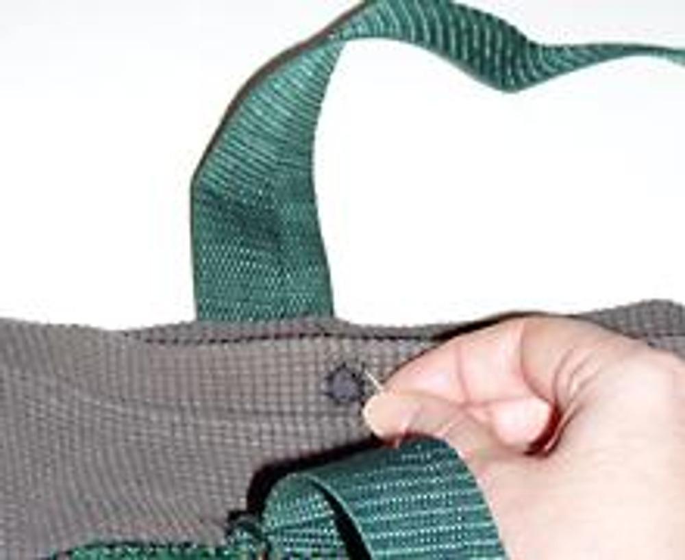 6. Чтобы сделать застежку, вырежьте и обработайте петельным швом четыре маленькие дырочки, расположив их на уровне ручек.