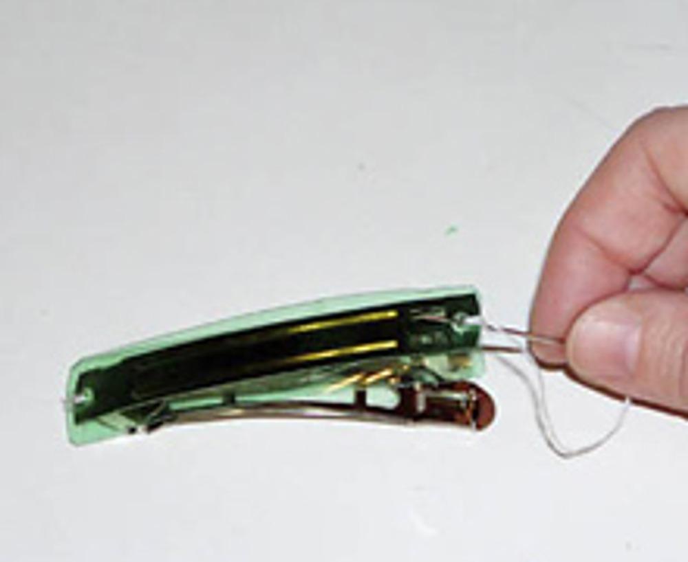 2. Пришейте этот фрагмент к заколке обычной ниткой или леской (это будет надежнее).