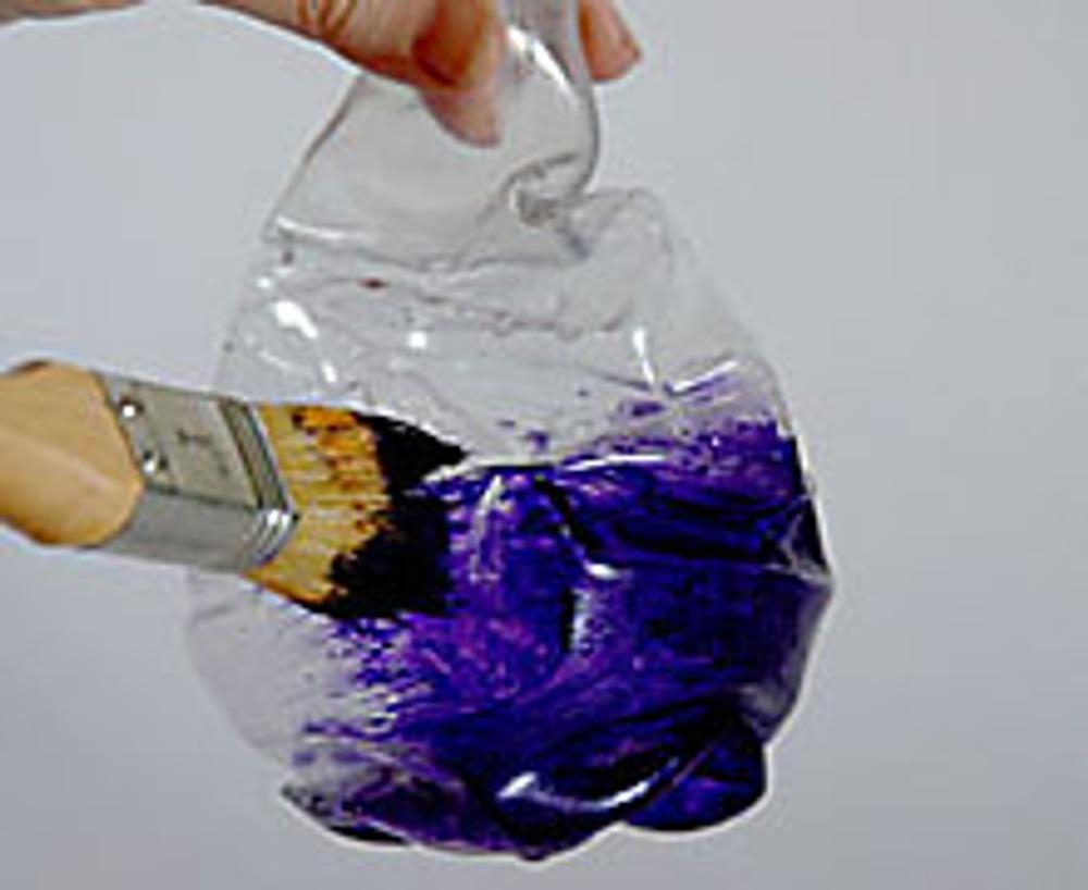 4. Краской темного цвета окрасьте бутылку, тщательно прокрашивая все складочки.