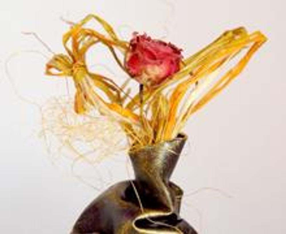 10. Такая ваза предназначена для сухих цветов, но если вы хотите использовать ее для живых растений, нанесите на вазу несколько слоев мебельного лака.