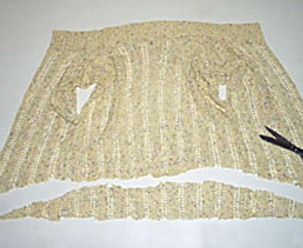 2. Низ свитера обрежьте лекально, в виде дуги, так что бы спинка изделия была чуть ниже талии.