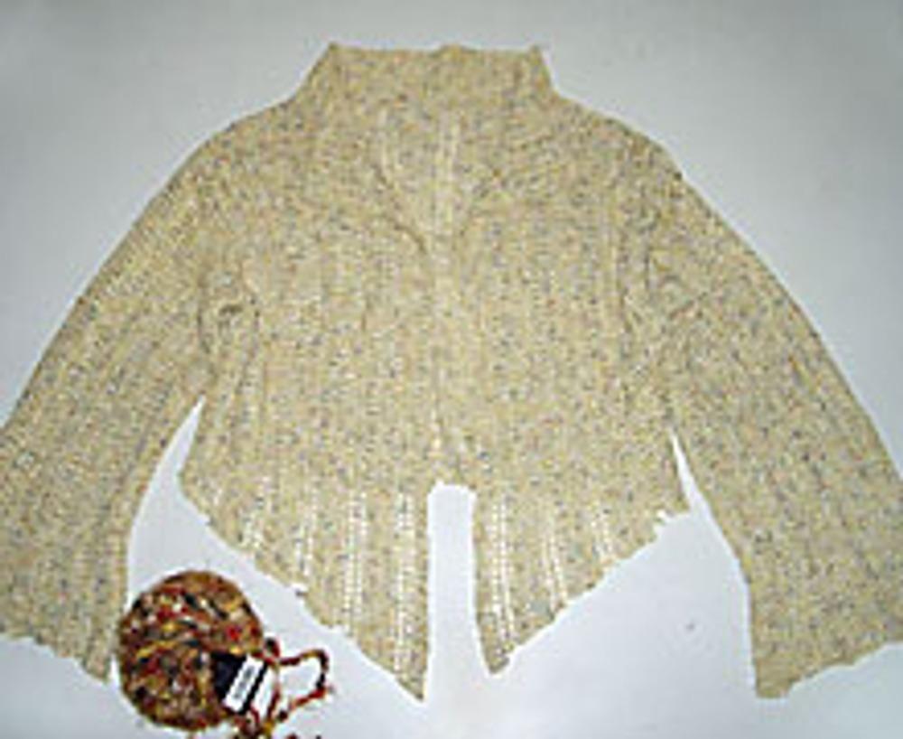 4. Для дальнейшей отделки вам понадобятся нитки для вязания. Подберите фактурную пряжу, например букле или мохер. Чем пушистее будут нитки, тем эффектнее будет выглядеть декор.