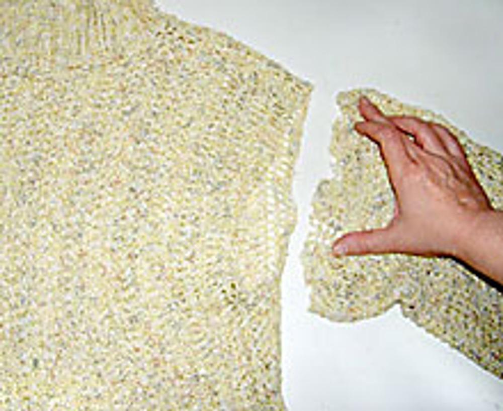 3. Рукава переверните так, чтобы пройма рукава (более широкая) теперь оказалась ее нижним срезом. Значительно растянув новую пройму рукава, втачайте ее в пройму свитера. Это можно сделать вручную, на швейной машине или оверлоке.