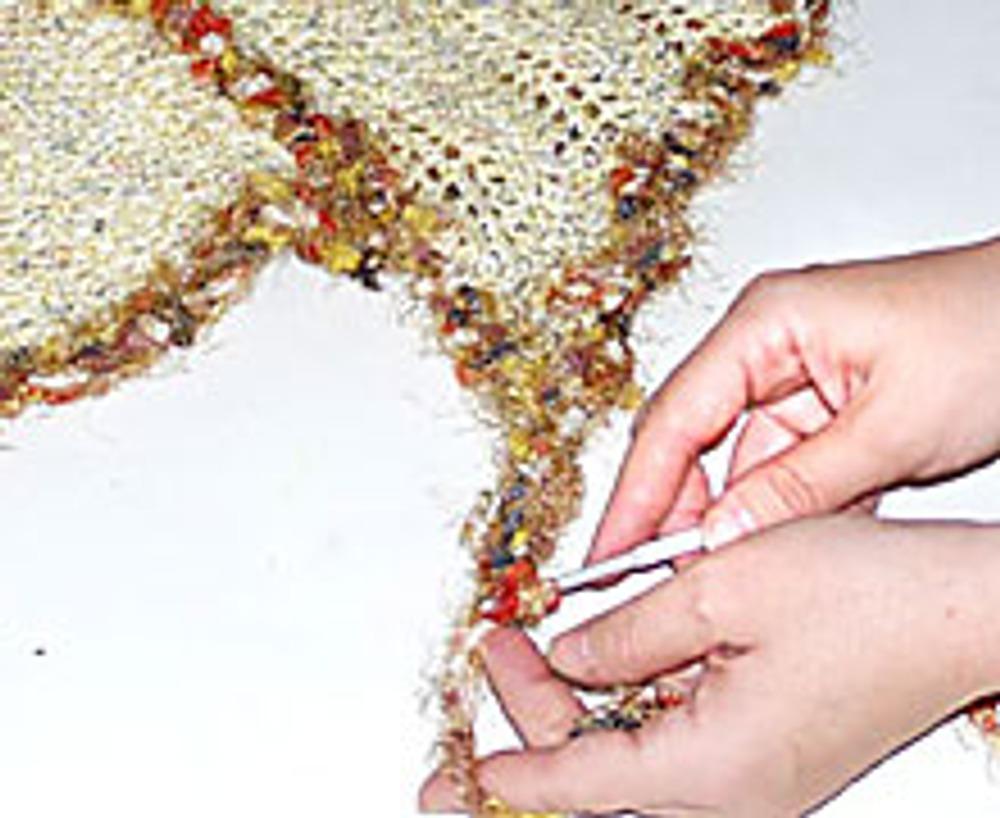 6. В заключении, обвязывая нижний срез, свяжите две длинные полоски, для завязок.