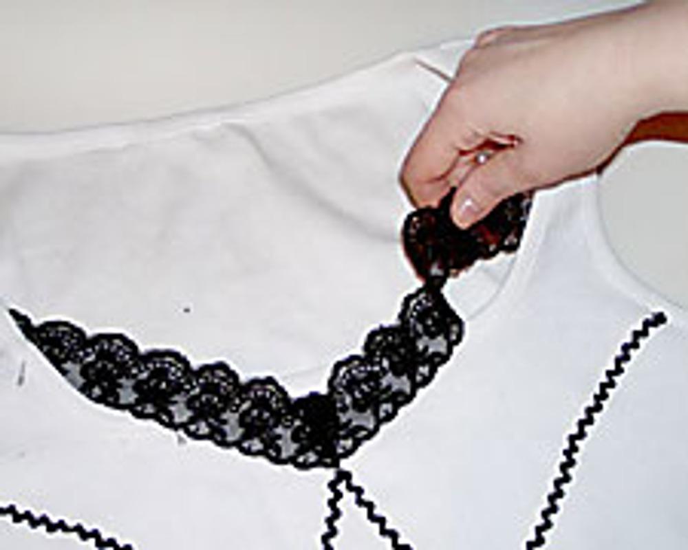 4. В области декольте пришейте отрезок кружева, согнув его посередине на уголок.